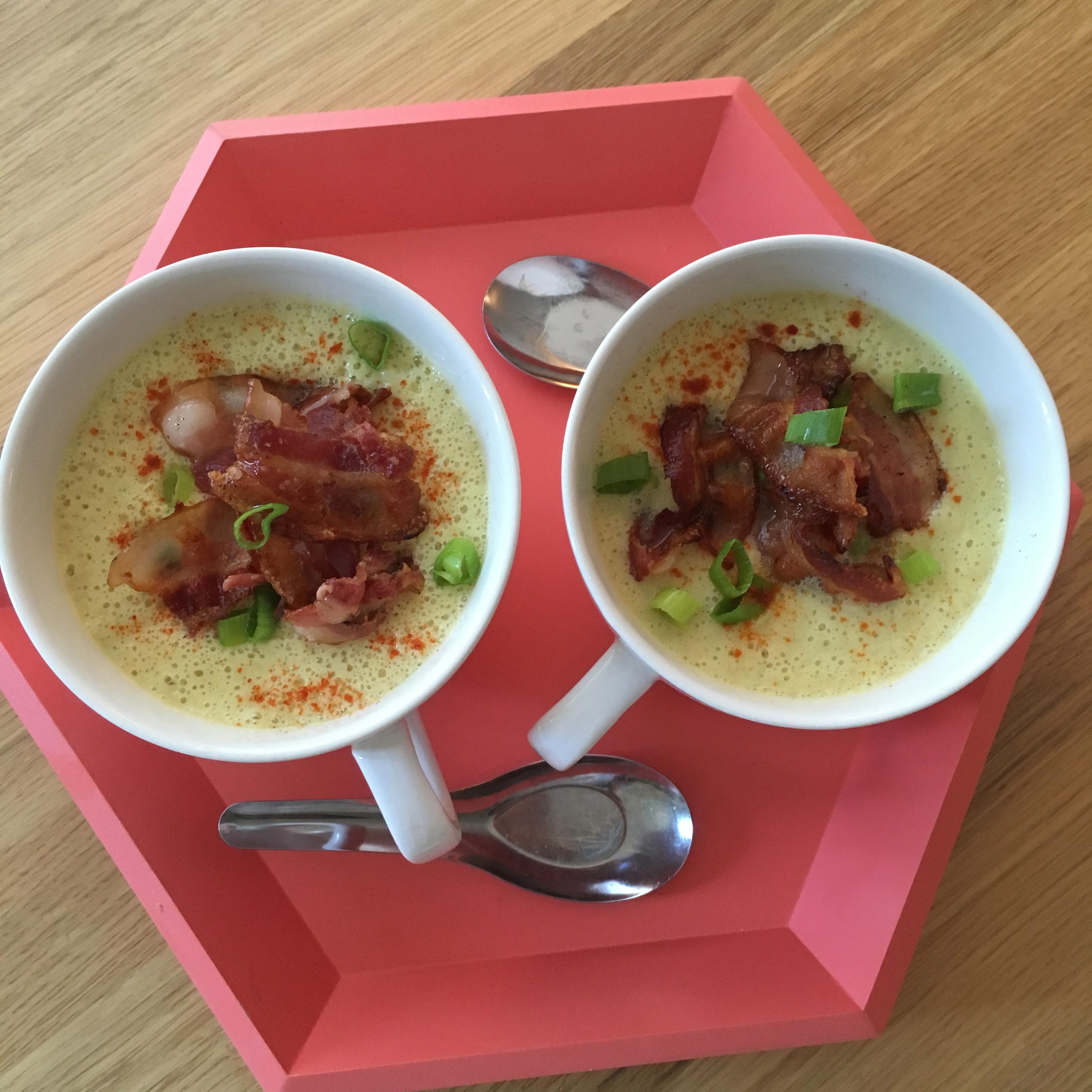 Blomkålsuppe med gurkemeie og bacon