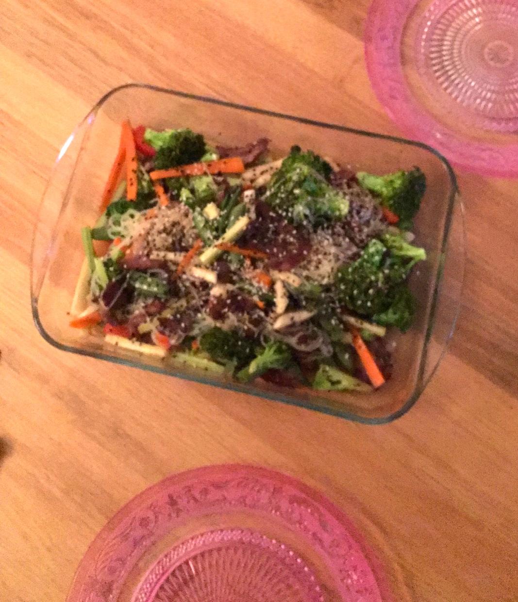 Lun salat med nudler og sesamsaus