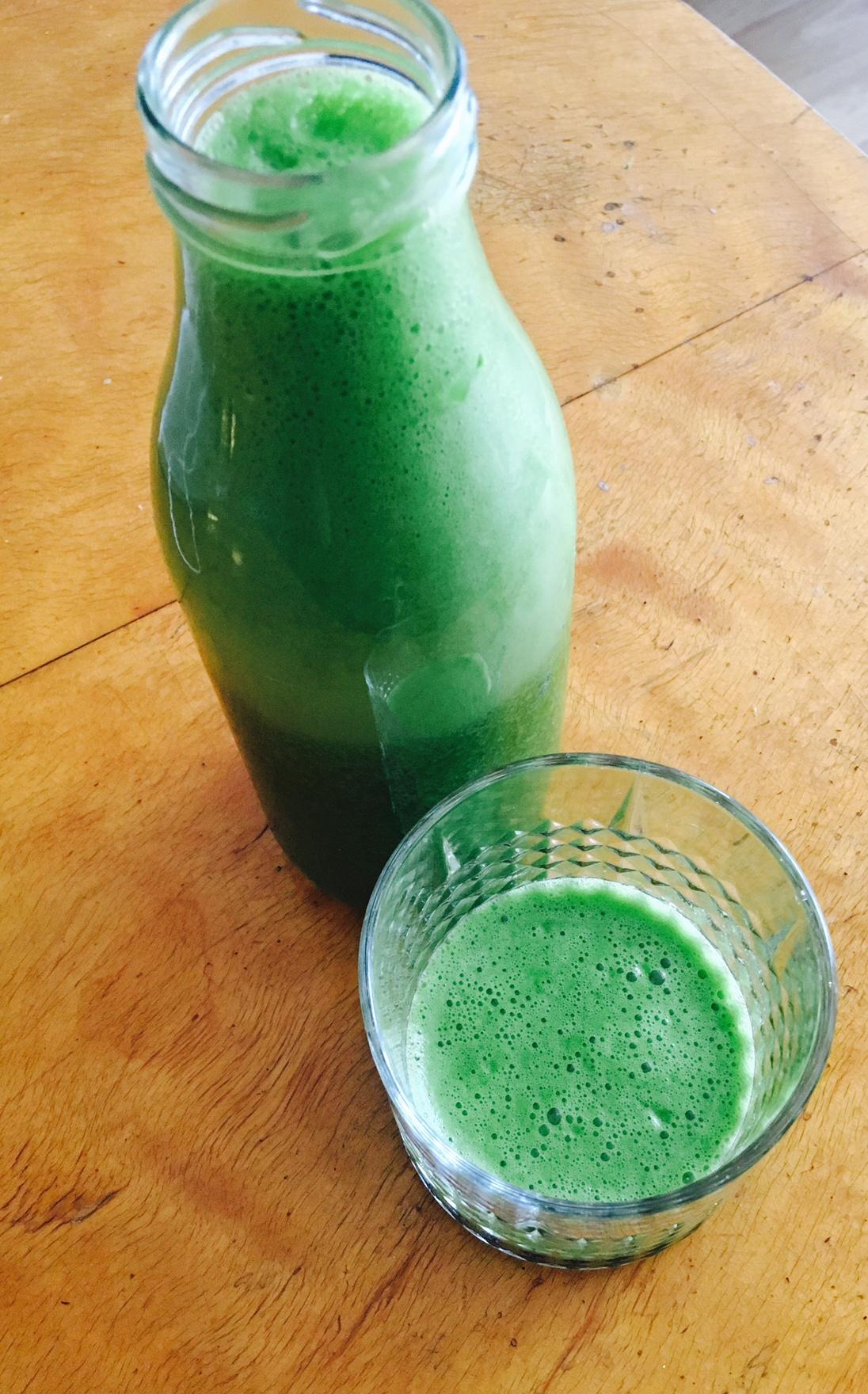 Slik lager du grønn juice uten juicemaskin