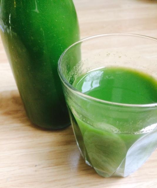 Slik lager du grønn juice av rester