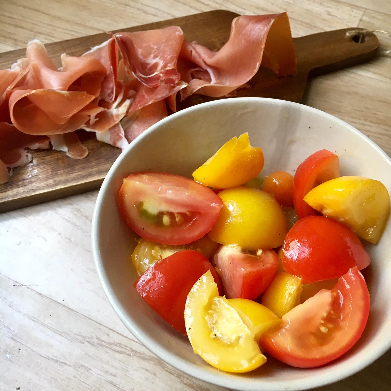 La sesongens tomater skinne i denne enkle salaten